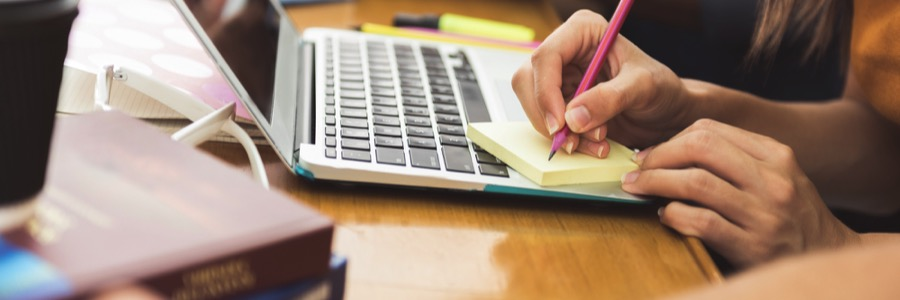 必要なものを紙に書いて忘れ物がないか何度もチェックする