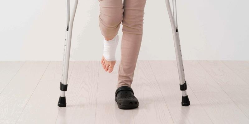怪我の場合は労災が下りるので、きちんと報告しないと損
